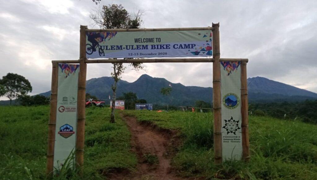 Para pecinta olah raga sepeda Se-pulau Lombok mengikuti acara Bike Camp yang di selenggarakan Kelompok Sadar Wisata (Pokdarwis) Kampung Wisata Tetebatu yang bekerjasama dengan Balai Taman Nasional Gunung Rinjani (TNGR) dan Badan Pengelola Rinjani Lombok Unesco Global Geopark dalam rangka HUT NTB yang ke 62