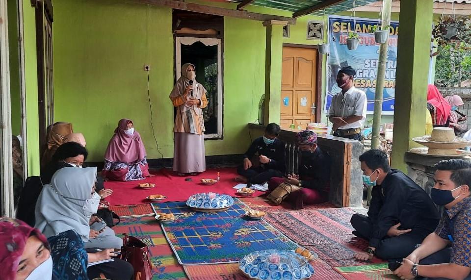 Dekranasda NTB Kunjungi Pengrajin Daun Lontar Suradadi