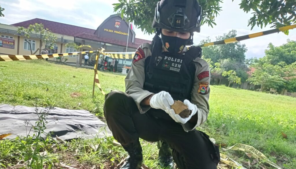 Penemuan benda yang diduga Granat di Kampung Padak, Dusun Khayangan, Desa Labuhan Lombok, Kec Pringgabaya pada selasa (16/3) oleh seorang guru honorer saat membersihkan halaman rumahnya ternyata masih dalam kondisi aktif.