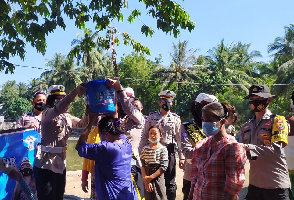 Satlantas Polres Lotim, Bakti Sosial Bagikan Air Bersih di Pijot
