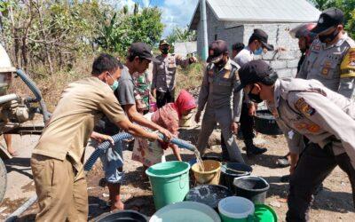 Polsek Pringgabaya Salurkan 5000 Liter Air Bersih di Dusun Semaya